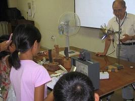 発電実験に興味津々